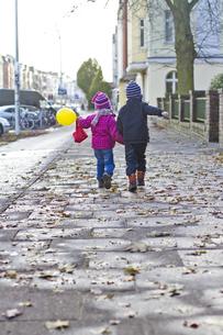 Germany, Kiel, Boy and girl walking on streetの写真素材 [FYI04343640]