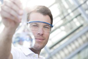 Chemist holding flaskの写真素材 [FYI04343679]