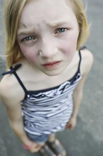 Germany, North Rhine Westphalia, Cologne, Portrait of girl sの写真素材 [FYI04343690]