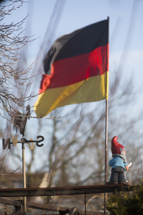 Germany, Cologne, allotment, flag and garden gnomeの写真素材 [FYI04343747]