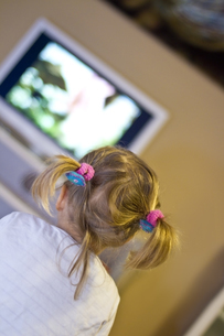 Little girl watching movie at tvの写真素材 [FYI04343760]