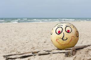 Denmark, Jutland, Lokken, painted buoy with faceの写真素材 [FYI04343770]