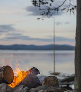 Sweden, Lapland, Norrbotten County, Kvikkjokk, campfire at lの写真素材 [FYI04343889]