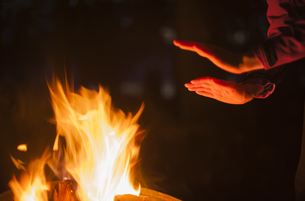 Hands of a woman heated by campfireの写真素材 [FYI04343894]
