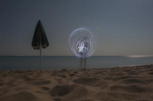 Italy, Sardinia, Tortoli, Cea beach, light painting boy withの写真素材 [FYI04343908]