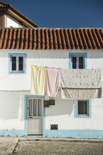 Portugal, Centro Region, Nazare, Laundry on clothes lineの写真素材 [FYI04343915]