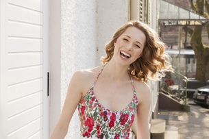 Portrait of laughing young woman with curly hairの写真素材 [FYI04343965]