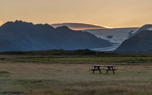 Iceland, Hoefn, view to bench at camping groundの写真素材 [FYI04343974]