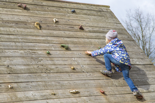 Little girl moving on climbing wallの写真素材 [FYI04343982]