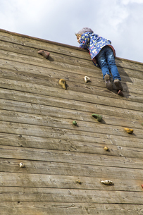 Little girl moving on climbing wallの写真素材 [FYI04343983]