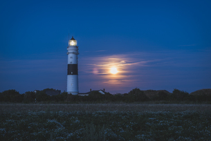 Germany, Sylt, Kampen, view to light house at moonlightの写真素材 [FYI04344017]