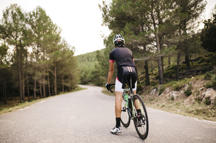 Cyclist with racing cycle on a roadの写真素材 [FYI04344081]
