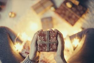 Woman's hands holding Christmas presentの写真素材 [FYI04344144]
