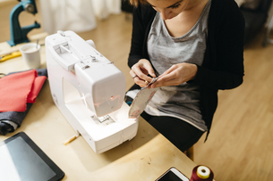 Young fashion designer working in her studioの写真素材 [FYI04344150]