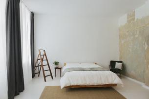 Minimalist Scandinavian design bedroomの写真素材 [FYI04344176]