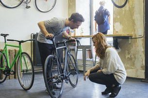 Salesman advising client in a custom-made bicycle storeの写真素材 [FYI04344190]