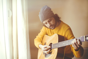 Man playing a acoustic guitarの写真素材 [FYI04344201]