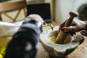 Woman's hands preparing garlic mayonnaise in the kitchen, clの写真素材 [FYI04344211]