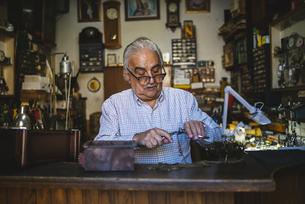 Watchmaker working in watchmakingの写真素材 [FYI04344217]