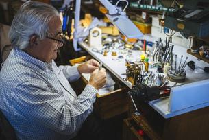 Watchmaker working in watchmakingの写真素材 [FYI04344218]