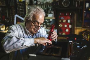 Watchmaker working in watchmakingの写真素材 [FYI04344222]