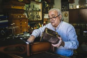 Watchmaker working in watchmakingの写真素材 [FYI04344223]
