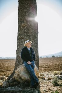 Spain, Tarragona, older man in the fieldの写真素材 [FYI04344255]