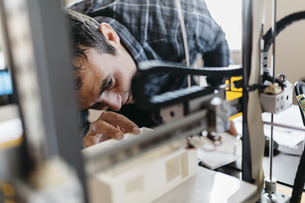 Worker controlling a model, 3D printerの写真素材 [FYI04344274]
