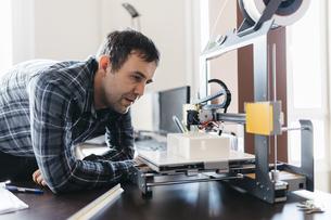 Worker controlling a model, 3D printerの写真素材 [FYI04344276]