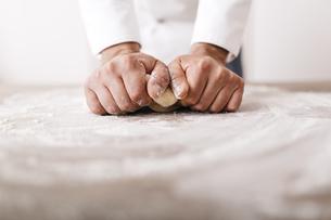 Chef preparing dough for ravioliの写真素材 [FYI04344352]