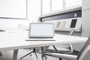 Laptop on conference tableの写真素材 [FYI04344550]