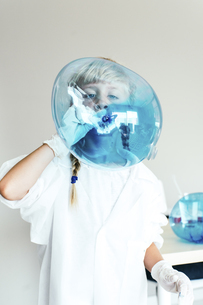 Child playing in chemical laboratoryの写真素材 [FYI04344591]