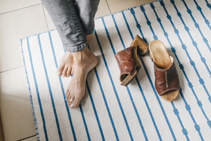Barefoot feet of a woman beside her shoesの写真素材 [FYI04344647]