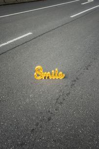The word 'Smile' on empty streetの写真素材 [FYI04344815]