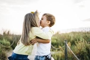 Little girl kissing her best friendの写真素材 [FYI04344930]