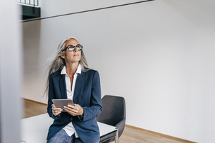 Businesswoman in office with tabletの写真素材 [FYI04345021]