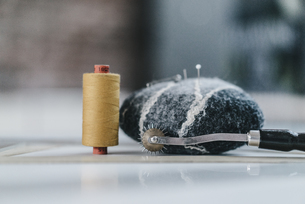Pin cushion and cotton reelの写真素材 [FYI04345101]