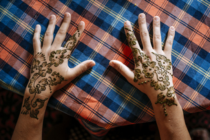 Henna painting on handsの写真素材 [FYI04345231]