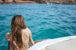 Woman sitting on a motor boatの写真素材 [FYI04345244]