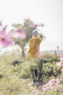 Young woman with spade in cottage gardenの写真素材 [FYI04345302]