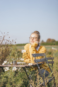 Young woman relaxing in cottage gardenの写真素材 [FYI04345309]