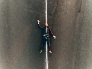 Run over man lying on roadの写真素材 [FYI04345356]