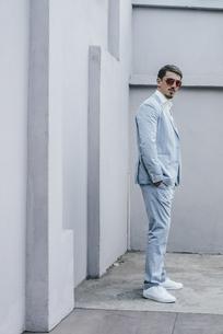 Portrait of confident businessman wearing sunglassesの写真素材 [FYI04345365]