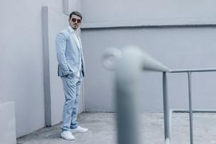 Portrait of confident businessman wearing sunglassesの写真素材 [FYI04345366]