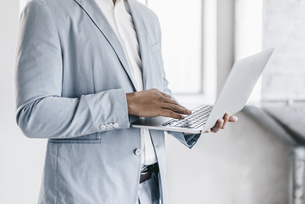 Businessman using laptopの写真素材 [FYI04345369]