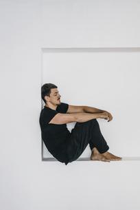 Man sitting in niche relaxingの写真素材 [FYI04345391]