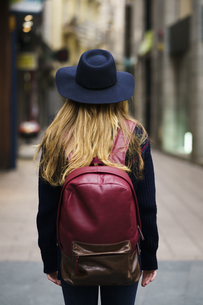 Back view of tourist with blue hat red backpackの写真素材 [FYI04345401]