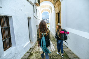 Spain, Andalusia, Vejer de la Frontera, two young women walkの写真素材 [FYI04345447]
