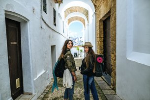 Spain, Andalusia, Vejer de la Frontera, two young women walkの写真素材 [FYI04345448]