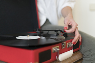 Woman using record player, close-upの写真素材 [FYI04345468]